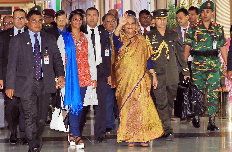 প্রধানমন্তী শেখ হাসিনা শনিবার দেশে ফিরলে বিমানবন্দরে ঊর্ধ্বতন সামরিক ও বেসামরিক কর্মকর্তাবৃন্দ তাঁকে স্বাগত জানান