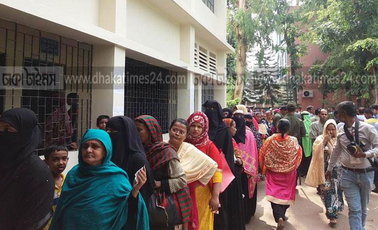 খুলনা সিটি করপোরেশন নির্বাচনে লাইনে দাঁড়িয়ে ভোট দিচ্ছেন নারী ভোটাররা