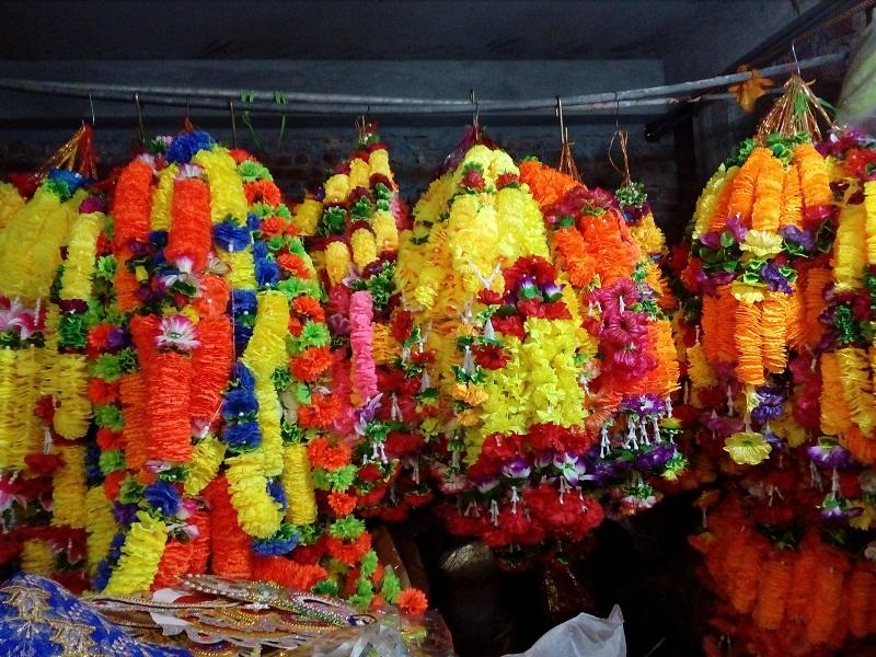 শাঁখারী বাজারে দোকানে-দোকানে বাহারী ডিজাইনের মালা ও অলংকারে ঠাঁসা