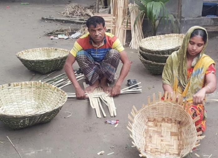 বাঁশ ও বেতের জিনিস বানিয়ে স্বাবলম্বী কিশোরগঞ্জের হোসেনপুরের রুবেল-দম্পতি