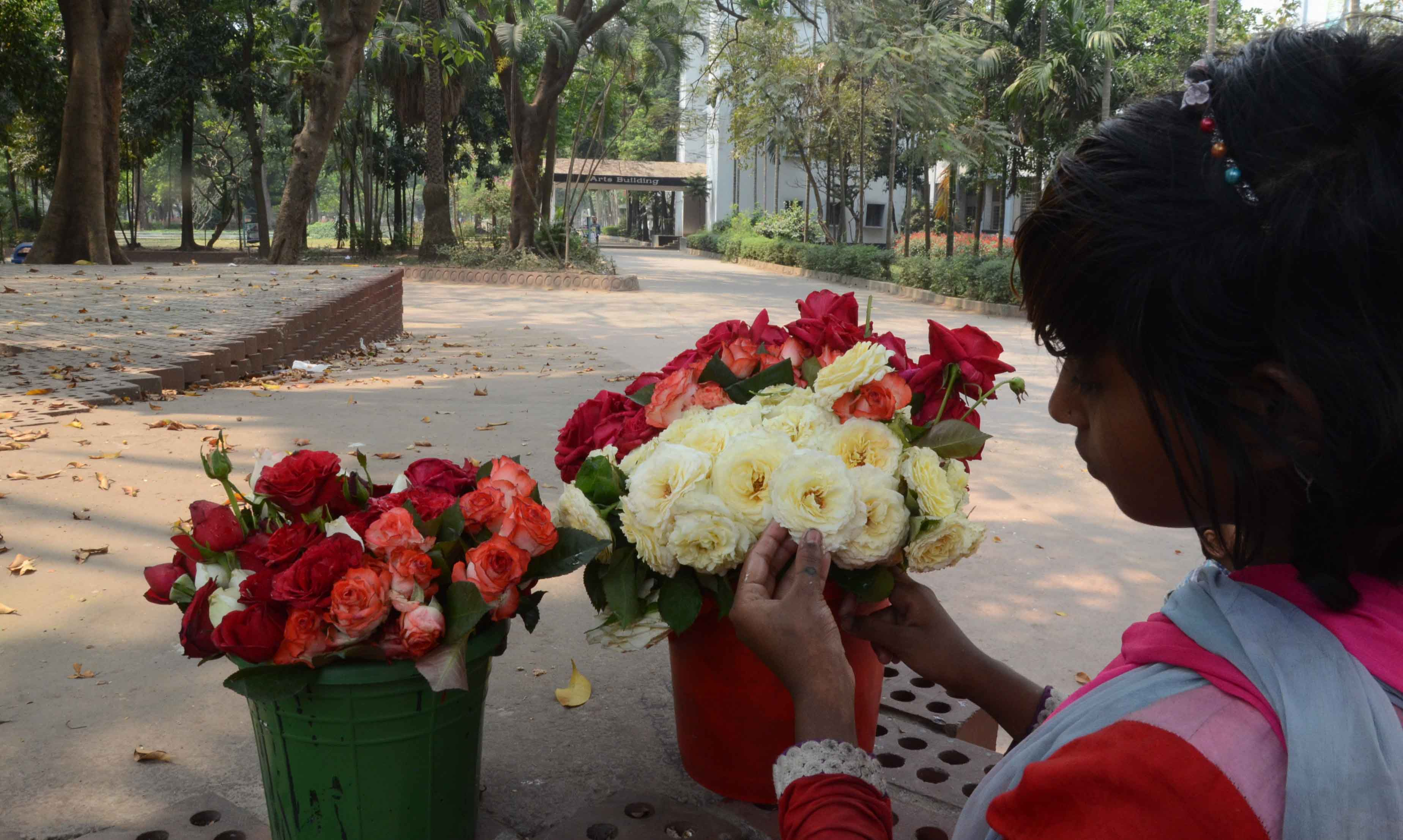 শিশু ফুল বিক্রেতা জানেনা ঢাকা বিশ বিদ্যালয় করোনা ভাইরাসের কারনে বন্ধ ঘোষণা শিলা জানেনা তাই কলা ভবনেের  সামনে ফুল বিএী করতে না পেরে ফুল গুলি পাএ টিতে সাজ্জাচ্ছে