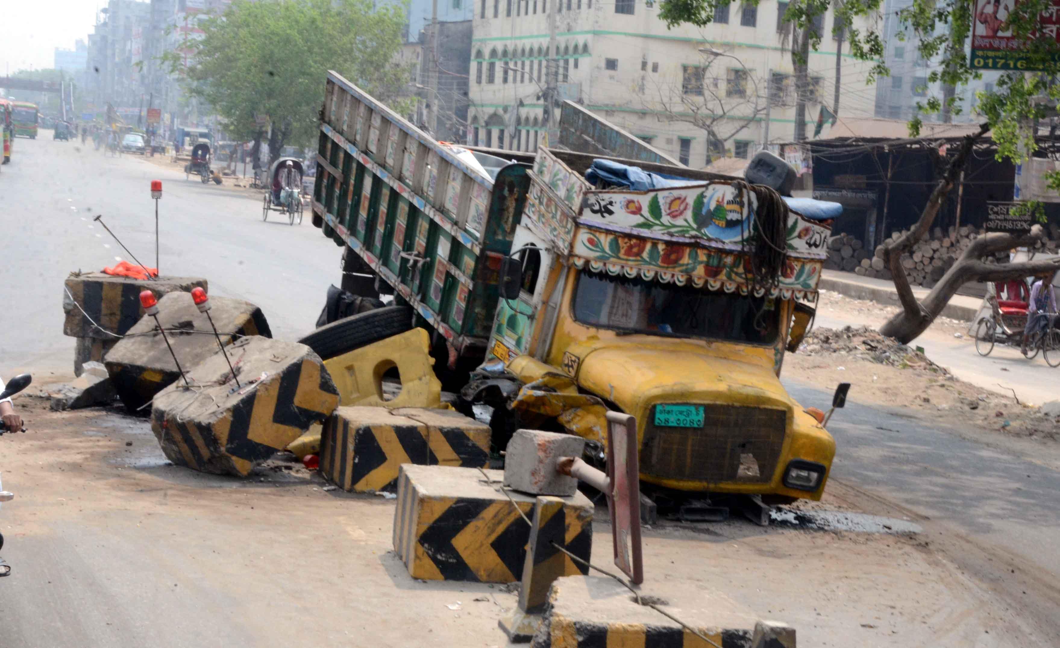রাজধানীর ঢাকা চট্টগ্রাম মহাসড়কের কুতুবখালী নিয়ন্ত্রণ হারিয়ে একটি ট্রাক ডিভাইডারের উপরেে উঠে যায়
