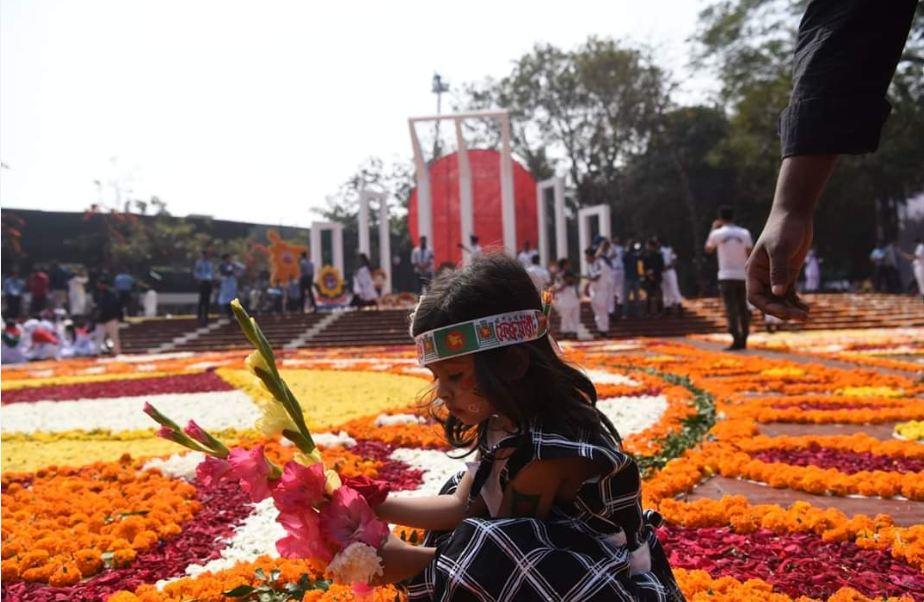 একুশে ফেব্রুয়ারি আন্তর্জাতিক মাতৃভাষা দিবস ও শহীদ দিবসে কেন্দ্রীয় শহীদ মিনারে শ্রদ্ধা জানাতে পরিবারের সাথে আসে শিশুরাও
