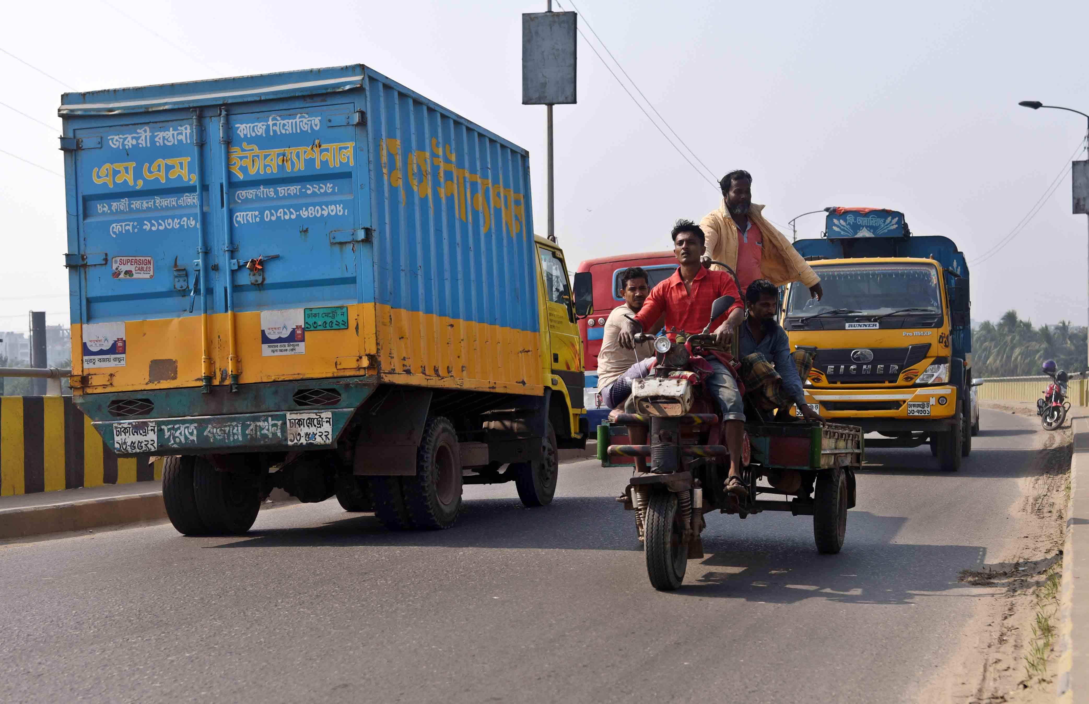 ঝুকিঁপূন বাহন নসিমন।রাজধানীতে নিষিদ্ব থাকলে ও মানছে না চালকরা।মহাসড়কে চলছে দেখা যাচ্ছে।ছবিটি গতকাল বাবু বাজার এলাকা থেকে তোলা---- সাইফুল ইসলাম