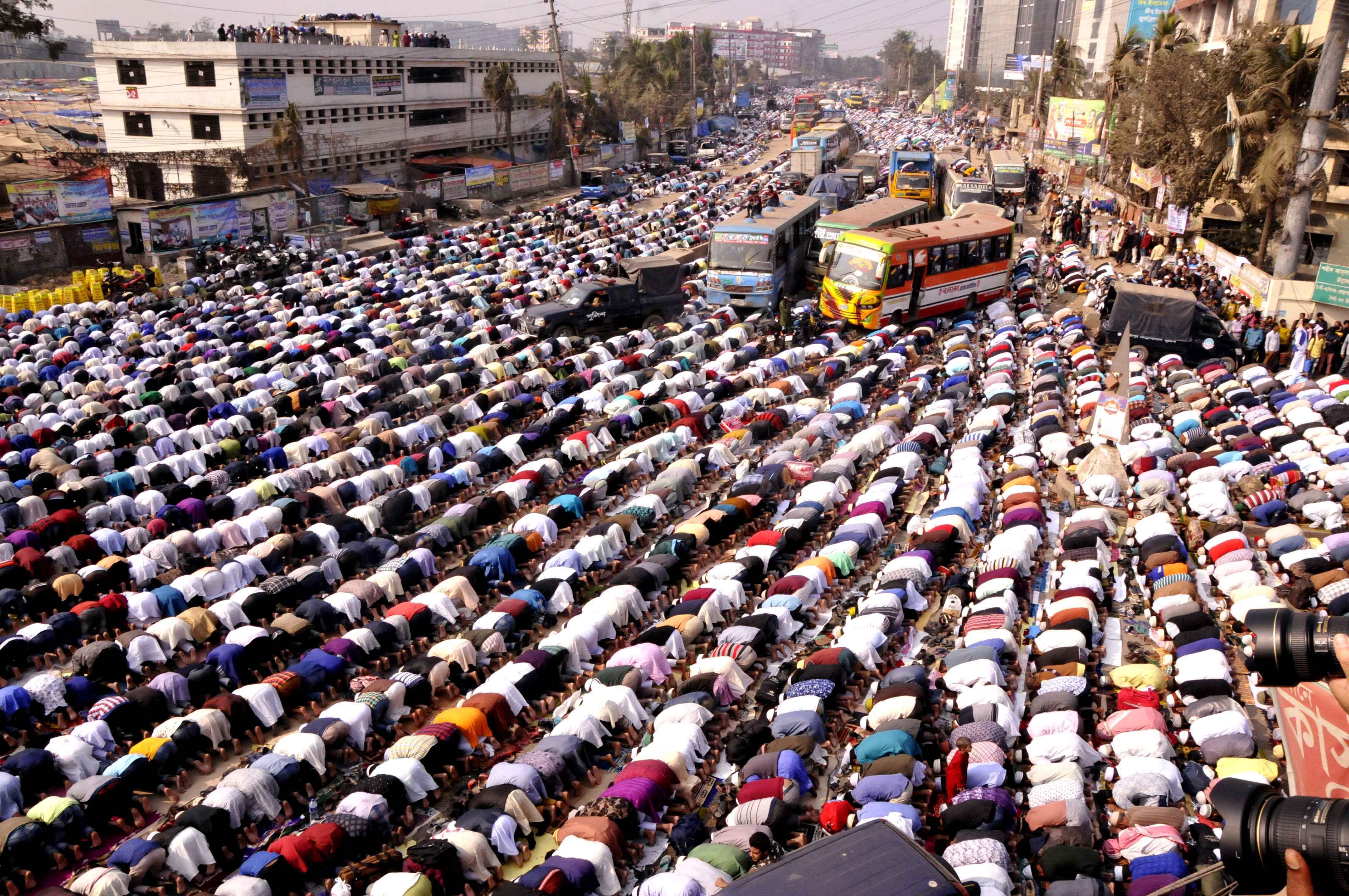 বিশ্ব ইজতেমার প্রথম দিন শুক্রবার টঙ্গীর তুরাগ তীরে জুমার নামাজে লাখো মানুষ --সাইফুল ইসলাম