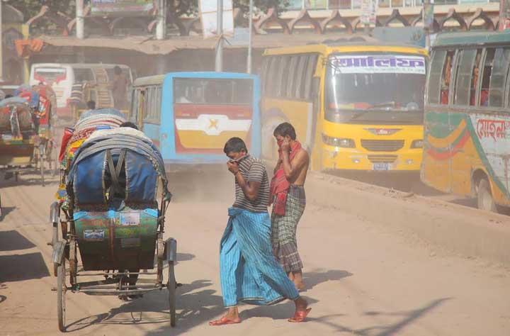 আসছে শীতকাল, রাজধানীতে চলছে ধুলার রাজত্ব। ছবিটি মিরপুরের মাজার রোড এলাকা থেকে তোলা।